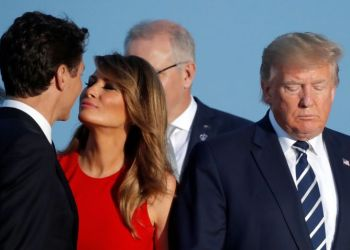 First Lady Melania Trump kisses Canada's Prime Minister Justin Trudeau next to the U.S. President Donald Trump during the family photo with invited guests at the G7 summit in Biarritz, France, August 25, 2019. REUTERS/Carlos Barria