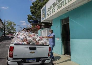 Prefeitura entrega 70 cestas básicas a famílias de pessoas com deficiência mental