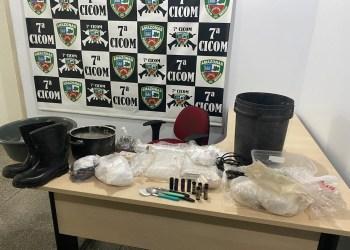POLICIAIS MILITARES DA 7ª CICOM DESMONTAM LABORATÓRIO DE DROGAS NO CRESPO