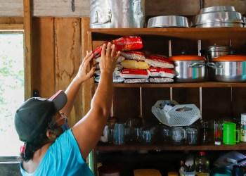 Prefeitura entrega cestas básicas para famílias em comunidade ribeirinha