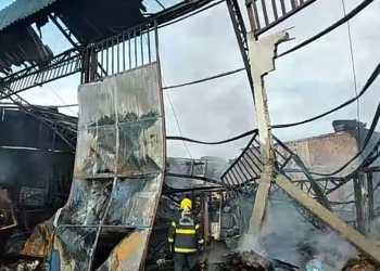Incêndio destrói fábrica e carros e deixa homem ferido em Manaus