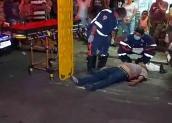Após sair de mercadinho homem é atingido por bala perdida, no Centro de Manaus