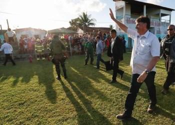 Homem com facão se aproxima de Bolsonaro e assusta equipe