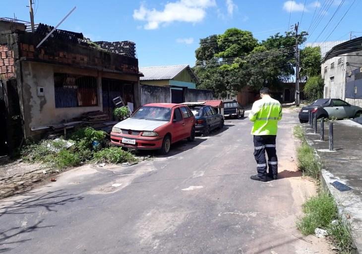 Operação da Prefeitura de Manaus retira oito carros abandonados nas ruas da zona Oeste