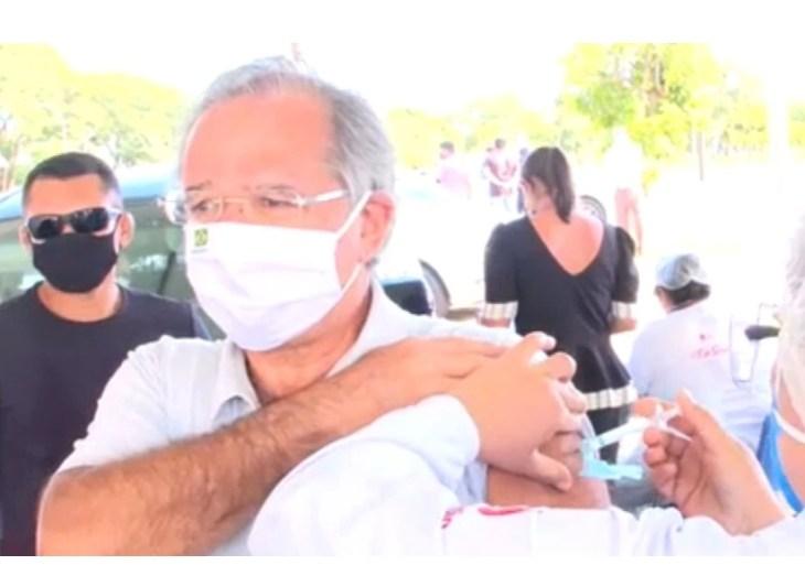 Paulo Guedes é vacinado contra o novo coronavírus em Brasília