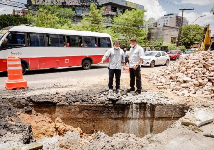 Trecho da avenida Djalma Batista que cedeu terá trabalho 24 horas para recuperação