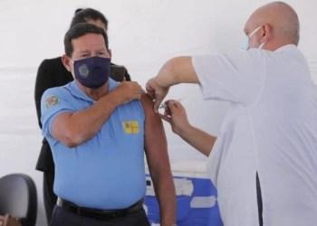 Vice-presidente Hamilton Mourão é vacinado contra a Covid-19 no DF