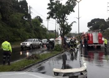 Carro capota e deixa bebê entre feridos durante chuva em Manaus