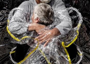 Covid: Foto de abraço no Brasil vence prêmio internacional