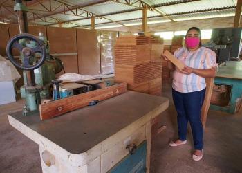 Governo do Amazonas entrega licenças para moveleiros de Carauari