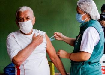 Prefeitura de Manaus aplica a 1ª dose da vacina em público de 55 a 59 anos com comorbidades, neste sábado