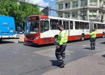 Ônibus articulados mudam rota no Centro por causa da cheia do rio Negro