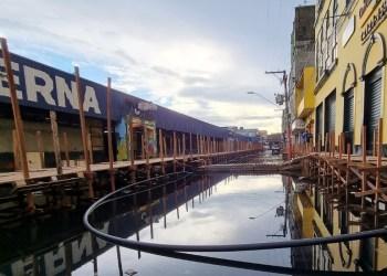 Áreas atingidas pela cheia no Centro de Manaus recebem estrutura para bombear água parada e ações de limpeza para combater mau cheiro