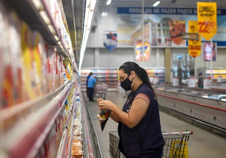Procon-AM recolhe mais de 50 Kg de produtos fora da validade em estabelecimentos de Manaus