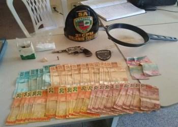 PMAM detém homem e mulher e apreende revólver, drogas e dinheiro em Benjamin Constant