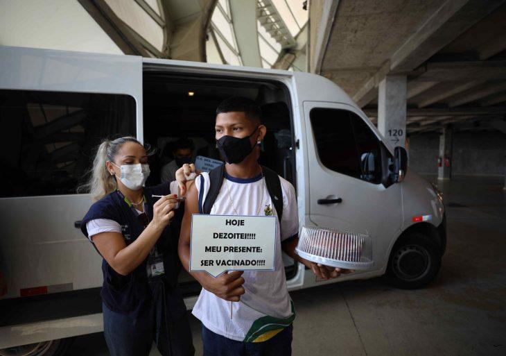 Secretaria de Educação incentiva vacinação com transporte de alunos para mutirão