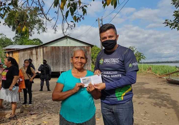 Auxílio Enchente: Governo do Amazonas entrega todos os cartões em Tonantins e beneficia 1.490 famílias