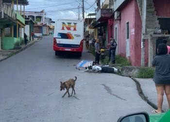 Motociclista bate em micro-ônibus e morre em via pública do bairro Zumbi em Manaus