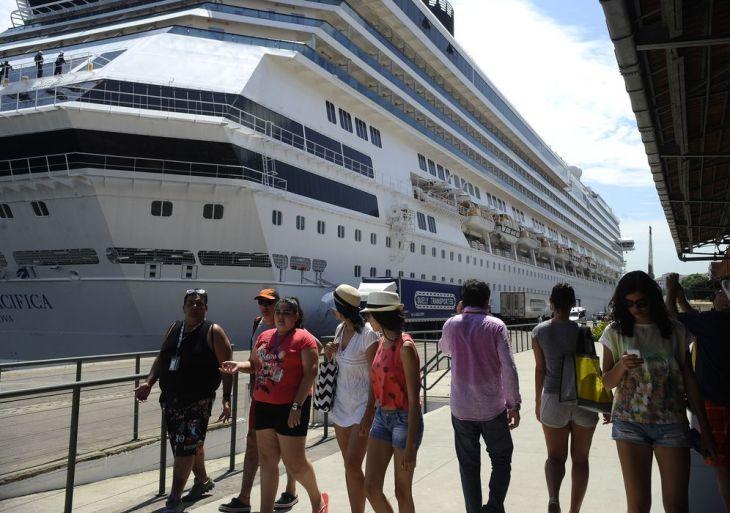 Transatlânticos chegam trazendo 20 mil turistas previstos para acompanhar o réveillon de Copacabana, movimenta o Terminal Internacional de Cruzeiros Pier Mauá, na zona portuária (Fernando Frazão/Agência Brasil)