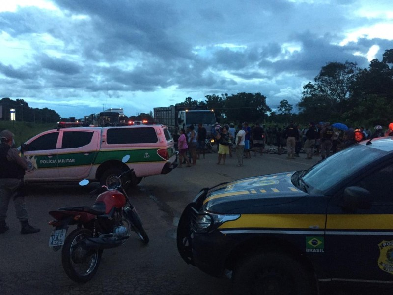Moradores do bairro Cidade do Povo bloqueiam BR-364