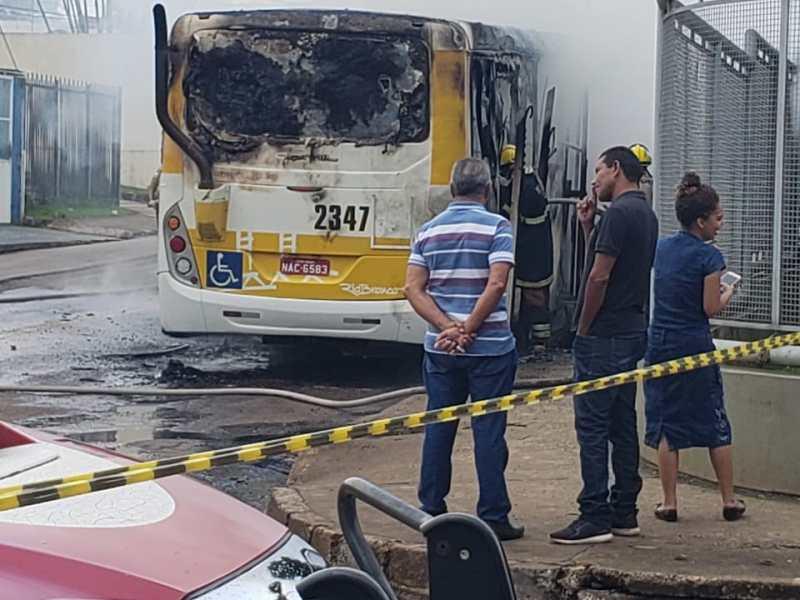 Ônibus pega fogo próximo ao Santa Juliana