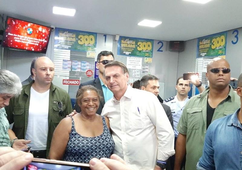 """""""Sem ter o que fazer"""", Bolsonaro gazeta trabalho e vai a lotérica apostar na Mega da Virada"""