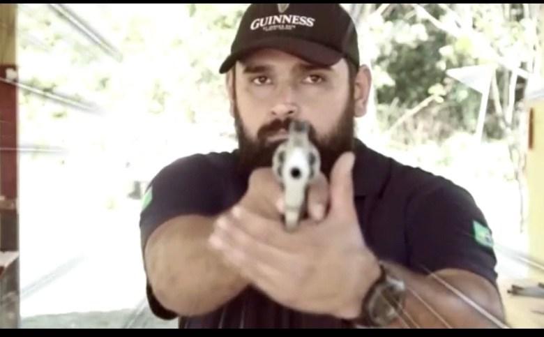Pré-candidato a prefeito de Brasileia aparece com arma na mão prometendo matar a corrupção