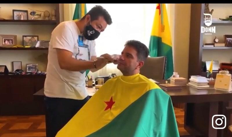 Gladson corta cabelo envolvido na bandeira do Acre, desrespeita o símbolo do Estado e descumpre lei assinada pelo seu tio