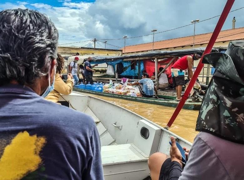 """Edvaldo e Perpétua levam solidariedade a desabrigados de Sena Madureira; deputado diz: """"A alagação fere a dignidade das pessoas""""."""
