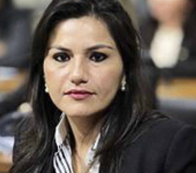 """""""Se o governador quer o meu apoio e da minha família, primeiro venha conversar sentado comigo"""", avisa Jéssica Sales"""