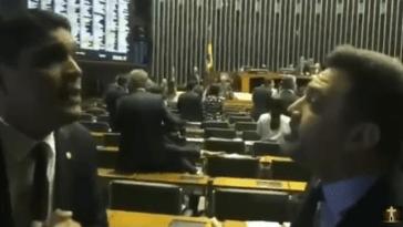 Cabo Daciolo e Marco Feliciano batem boca na Câmara dos Deputados.