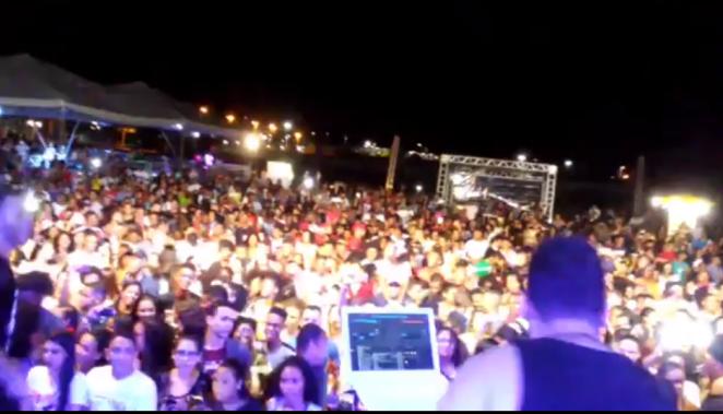 Show gospel na Bahia acaba em confusão pela má organização.