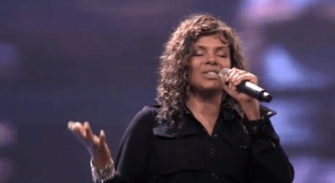 Nívea Soares critica idolatria e fama dos cantores gospel.