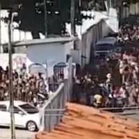 Vídeo: multidão desesperada invade centro social para pegar comida em meio à Covid-19