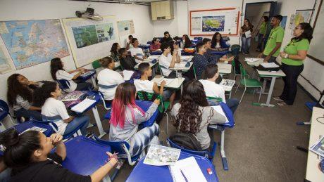 Equipe de engajamento do WPM Brasil explica método Wolbachia para alunos.