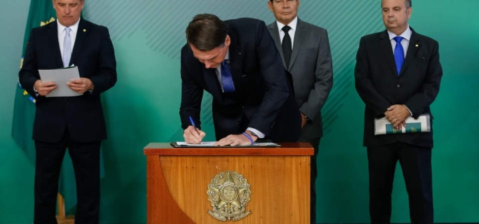 Bolsonaro assina MP que visa coibir fraudes na Previdência