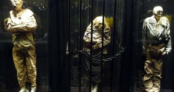 Consideran inadecuado que la momia La Bruja esté en una prisión simulada