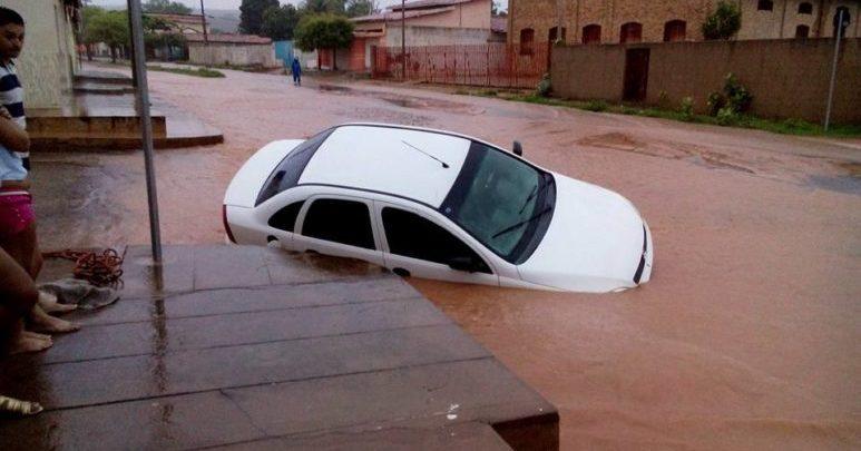 Chuva de mais de 10h enche Riacho Mocha e arrasta carro em Oeiras; fotos 1