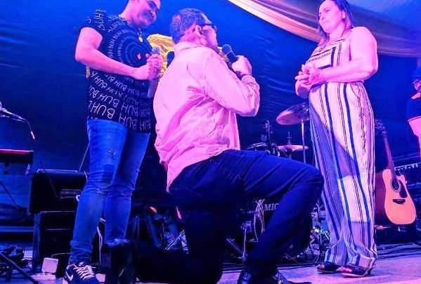Piauiense pede namorada em casamento durante show do cantor Batista Lima em Picos 1