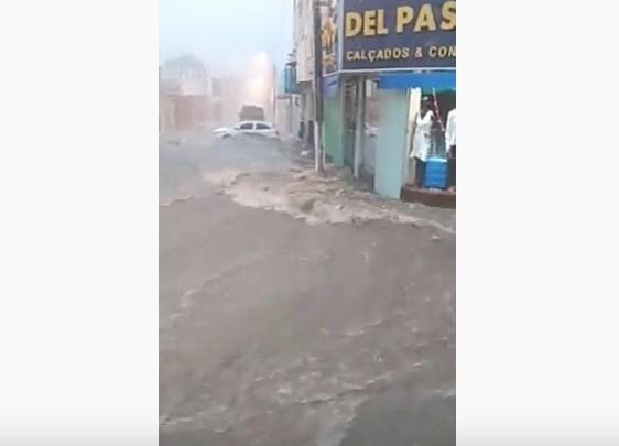Ruas e hospital ficam alagados durante forte chuva em Floriano 1