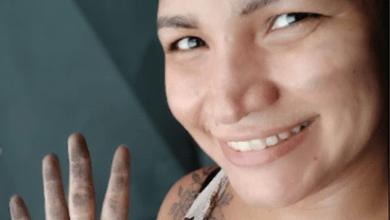 Mulher coloca 'mão na massa' e reconstrói casa incendiada pelo ex-marido 3