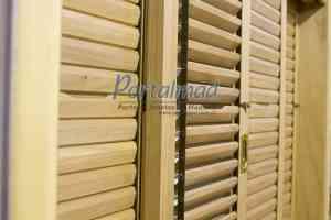 janela com veneziana articulada - móvel - palhetas móveis - madeira