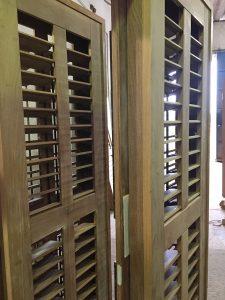 veneziana articulada - palhetas móveis - esquadrias de madeira - Portas