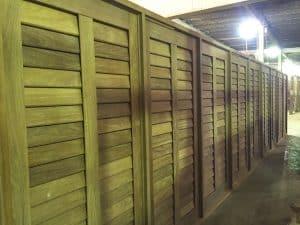 venezianas articuladas - palheta móvel - esquadrias de madeira - janela pivotante