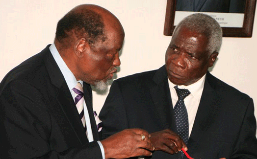 No entanto, o antigo Presidente da República Joaquim Chissano, elogia a capacidade dos moçambicanos de enfrentar as adversidades.
