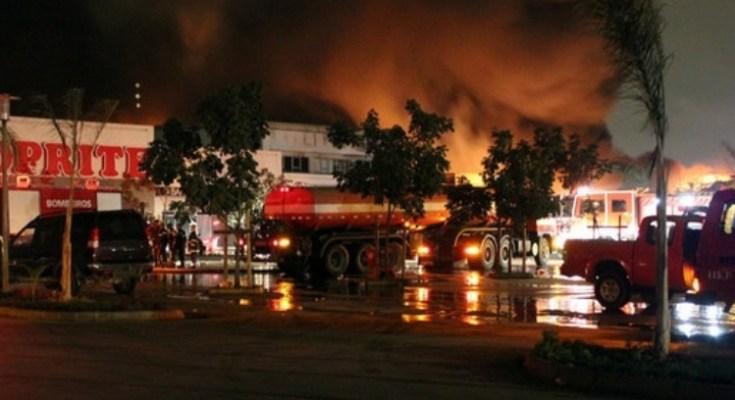 Um incêndio de grandes proporções devorou desde a noite de ontem o centro comercial Shoprite na cidade de Tete.Os bombeiros foram accionados para debelar as