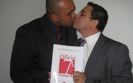 Os pastores evangélicos Marcos Gladstone e Fábio Inácio, fundadores da Igreja Cristã Contemporânea, foram o primeiro casal gay no Rio a registrar a união estável em cartório, após a decisão