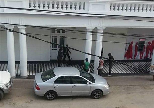 Um grupo de indivíduos, disfarçados de uniforme da G4s, assaltou hoje, o Banco Bim Beira Clube. Os meliantes em número não especificado, entraram no balcão e levaram avultadas somas em dinheiro.