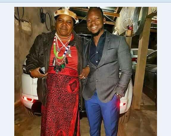 """Mr Bow reage à polémica sobre foto com curandeiro: """"O importante é que sou o número um"""", Mr Bow confessou que frequenta a cabana do curandeiro Afiosse Ndima"""