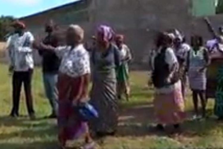 O líder espiritual da Igreja Espírito de Caridade, no bairro da Costa do Sol, na cidade de Maputo, é acusado pelos membros de vender parte da igreja, sem autorização da congregação.